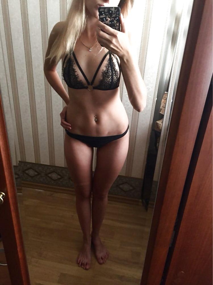 Blondes Teen im erotischen Look