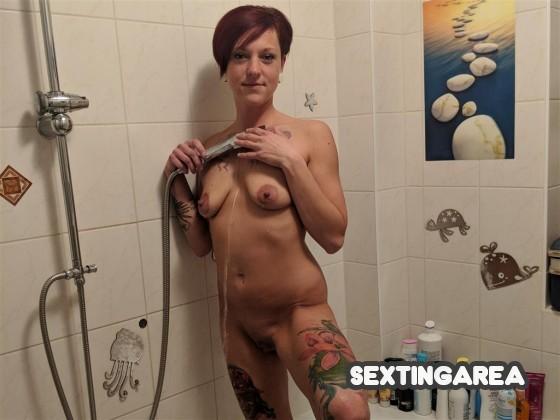 Nackt unter der Dusche 😻