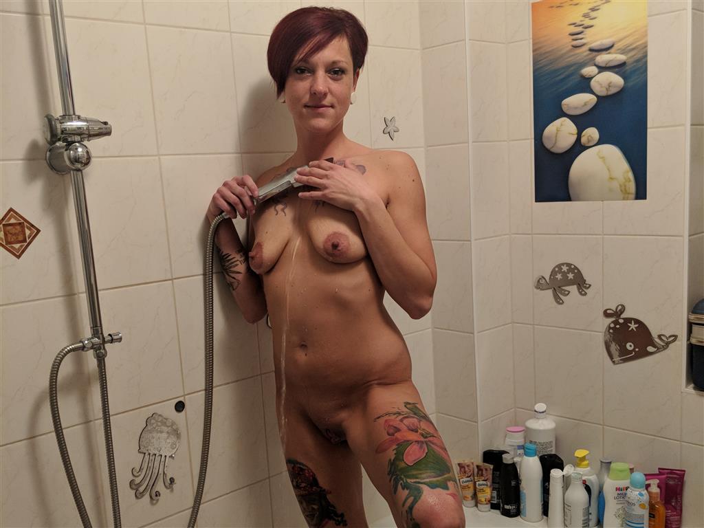 nackt unter der dusche