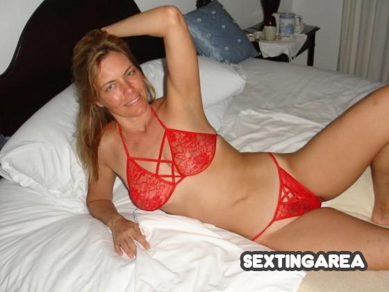Geiles Milf Foto von sexy Hausfrau in roten Dessous